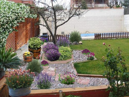 Ideas de c mo decorar el jard n o el patio con piedras for Jardines verticales para patios pequenos