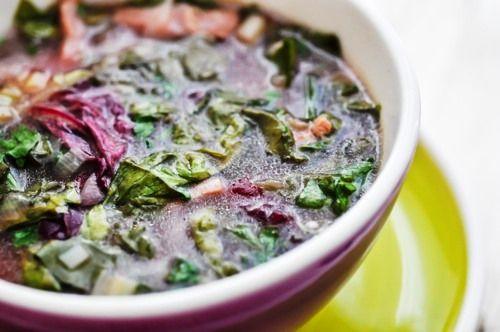 3-4 legaturi de loboda + 3-4 maini de spanac  + stevie (3-4 legaturi) + 1 salata verde  3 bucati praz (partea alba, taiata rondele subtiri) + 2 bucati celery, taiate rondele subtiri  2 catei usturoi, curatati si zdrobiti  6 lg lapte acru   2 litri apa sau supa de legume  zeama a 1 sau 2 lamai (in functie de cat de acra vrem sa fie ciorba)  1 legatura leustean, taiat marunt  sare, piper
