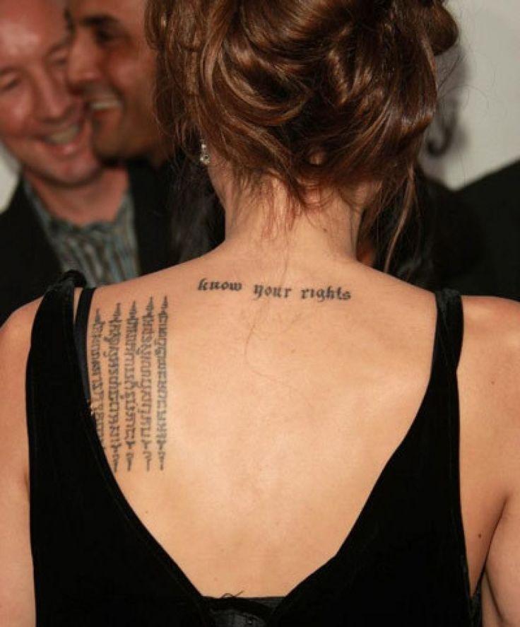 Sulla schiena, a sx, Angelina Jolie ha tatuata una scritta di 5 righe verticali in lingua Khmer, di origine cambogiana, che secondo la tradizione serve a scacciare la sfortuna. Sulla schiena, sotto il collo, troviamo anche la scritta 'Know your rights' che rappresenta la nuova e forte Angelina, di cui nessuno più si potrà approfittare (parole sue). #angelinajolie #AngelinaJolieatattos #tattoos #tatuaggi #ink #inkmet #rimozionetattoo #removaltattoo #scritte #tatuaggifamosi #vipstattoos