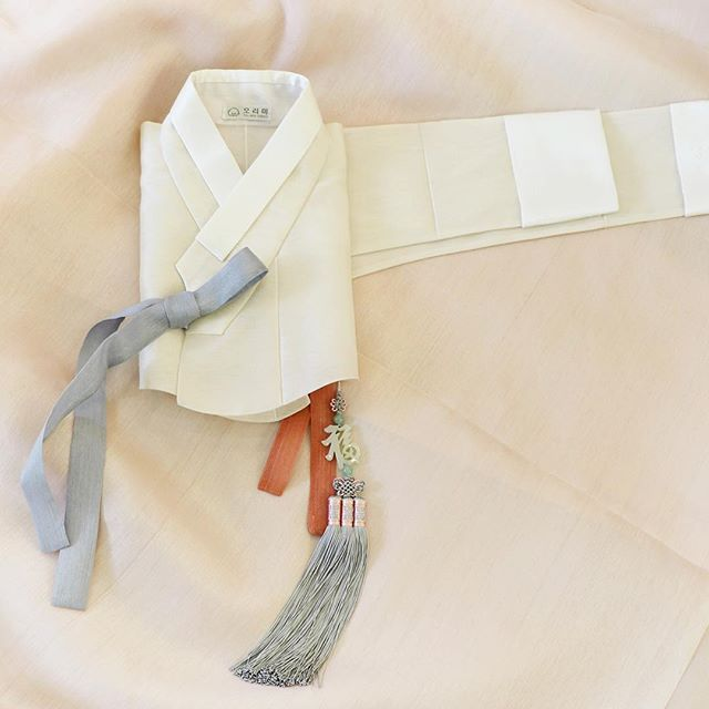 연한 색들의 조합으로 뽀얗고 말간 신부의 이미지를 담은, 오리미 신부한복입니다. #오리미한복 #오리미 #orimi #한복 #신부 #신부한복 #저고리