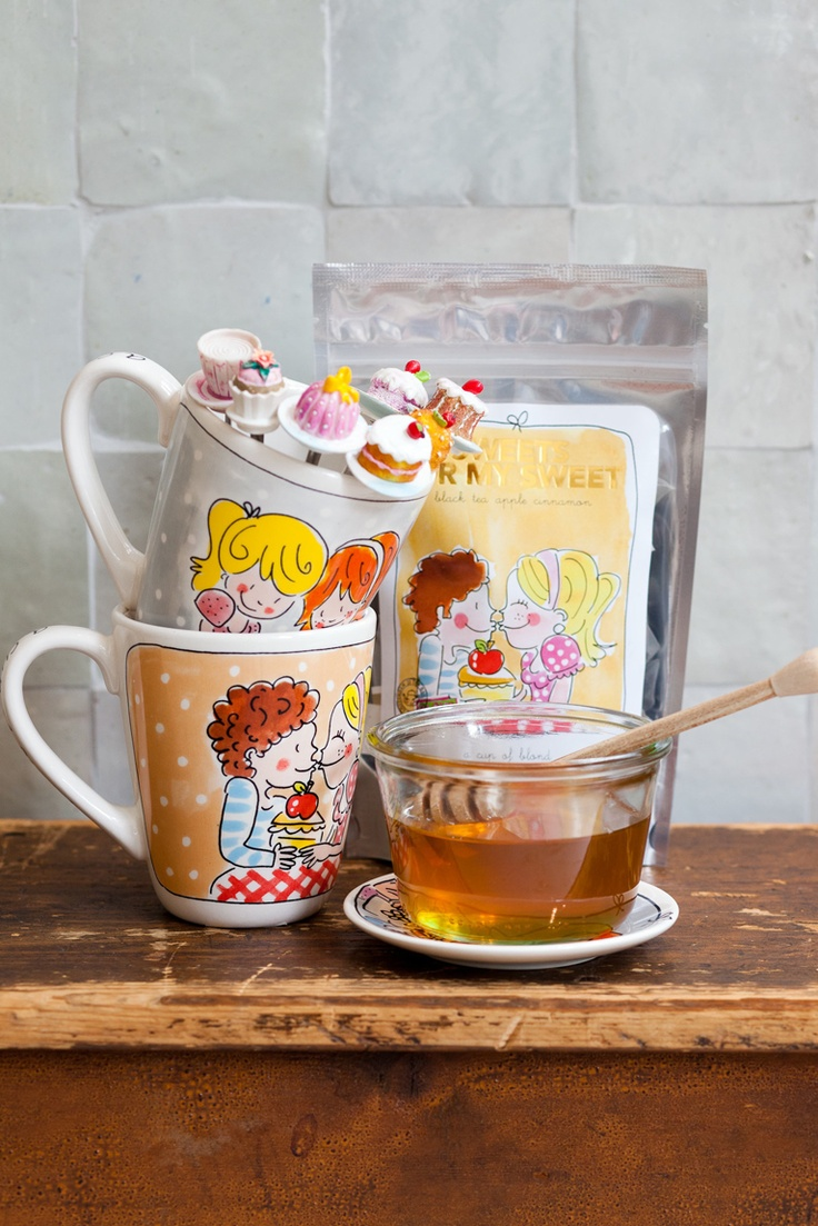 A cup of Blond pottery and tea by Blond-Amsterdam