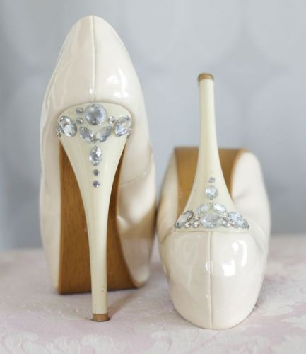 #Decorate your shoes with rhinestones  white dresses #2dayslook #new style #whitefashion  www.2dayslook.com