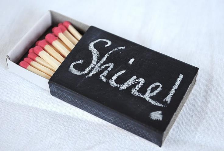 Luciferdoosjes beschilderen met schoolbordverf. Leuk als extraatje wanneer je kaarsen cadeau geeft.