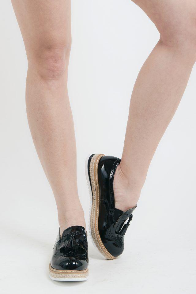 Παπούτσια oxford μαύρα λουστρίνι 36,00 € Παπούτσια oxford λουστρίνι με ψάθινο πάτο.