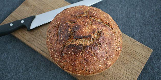 Dette dejlige grydebrød er fyldt med kerner og groft mel, der både giver en lækker saftig krumme og gør det sundere. Og så får brødet den skønneste sprøde skorpe.
