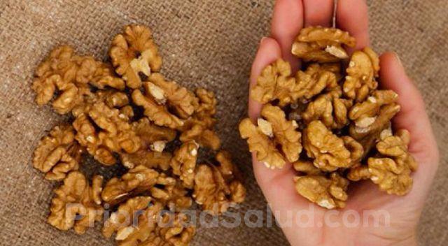 Son múltiples y variados los beneficios de las nueces sobre la salud. Un puñado de esta pequeño fruto seco tiene grandes efectos sobre el cuerpo.\r\n\r\n\r\n\r\nSegún la Dra. Penny Kris Etherton, profesora de nutrición en la Penn State University en Pensilvania, consumir solo un puñado de nueces o un poco de aceite de nuez durante 4 días a la semana, puede reducir significativamente el riesgo de enfermedad cardíaca.\r\n\r\n[ad1]\r\n\r\nUn estudio realizado sobre los beneficios de las nueces…