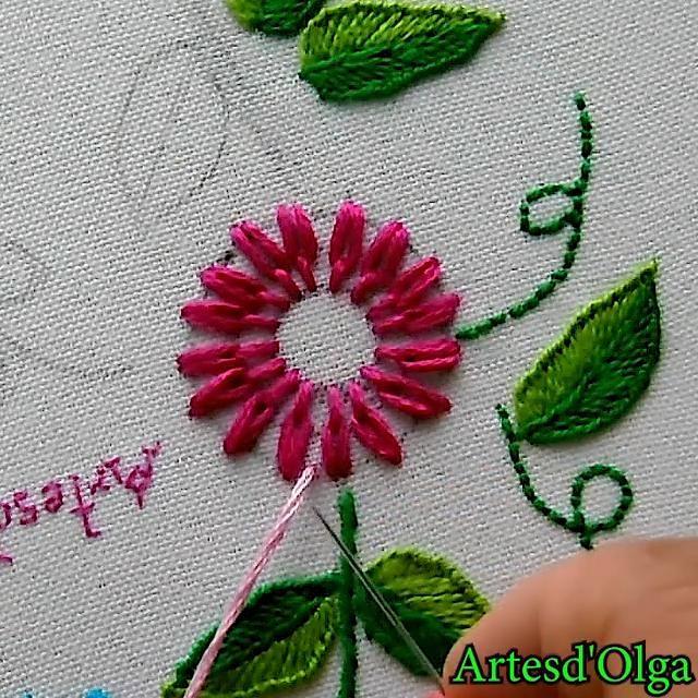 ¡Hola! Mira cómo bordar flor en puntada margarita alargada. Hand Embroidery Patterns Flowers, Ribbon Embroidery Tutorial, Basic Embroidery Stitches, Hand Embroidery Videos, Embroidery Flowers Pattern, Creative Embroidery, Simple Embroidery, Learn Embroidery, Silk Ribbon Embroidery