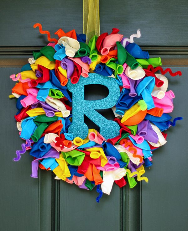 How to make a birthday balloon wreath that can be personalized with the birthday boy's/girl's initial. Inexpensive and can be made in under an hour.