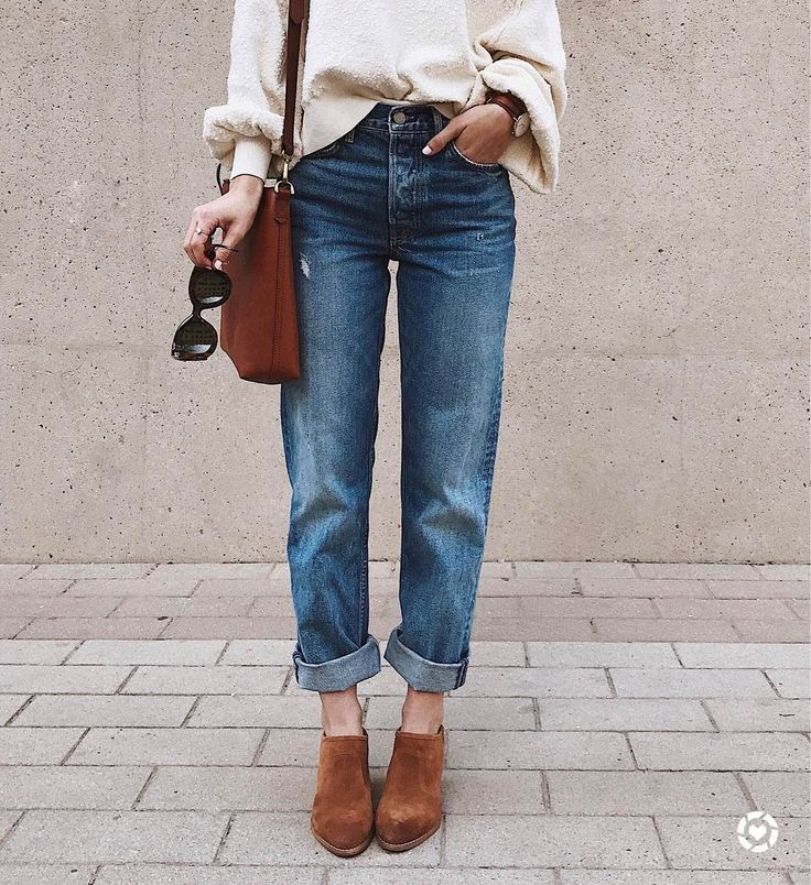 Olivia • LivvyLand // Slouchy sweatshirt, boyfriend jeans & suede mules... My kinda combo!