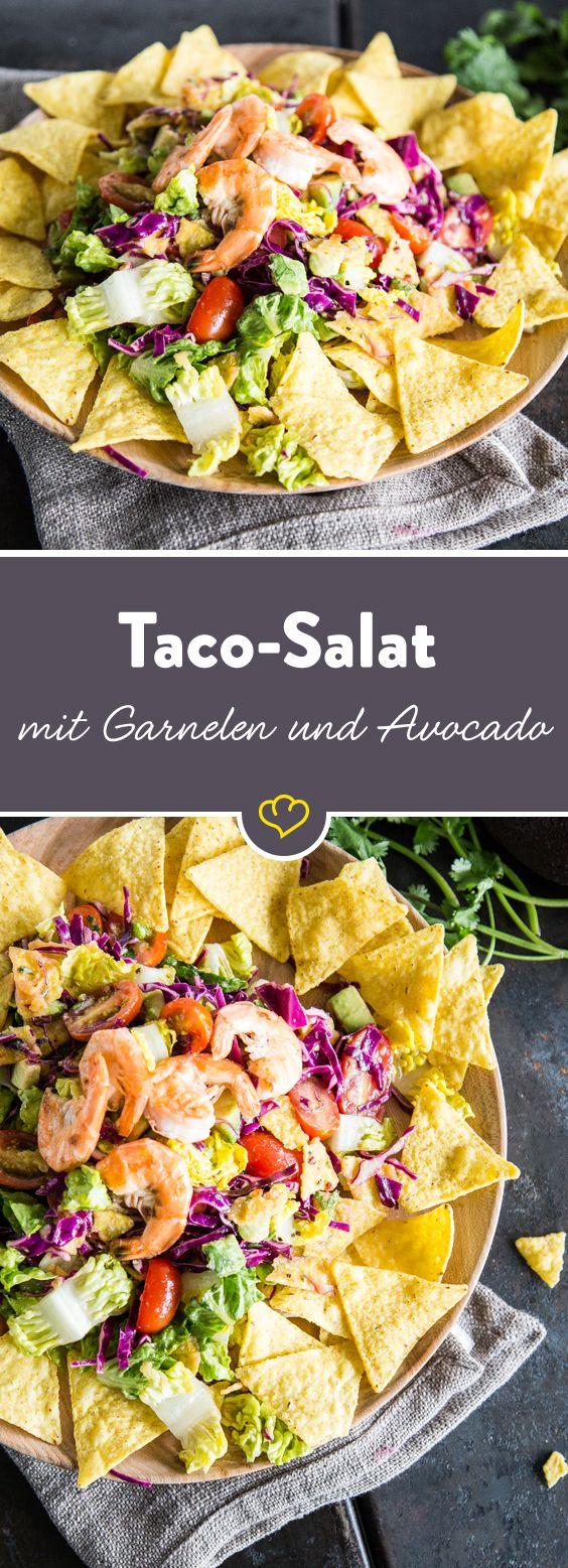 Mexikanischer Taco-Salat in neuem Gewand - mit Römersalat, Rotkohl, Avocado, Garnelen, frischem Limettendressing und - na klar - Tortillachips.