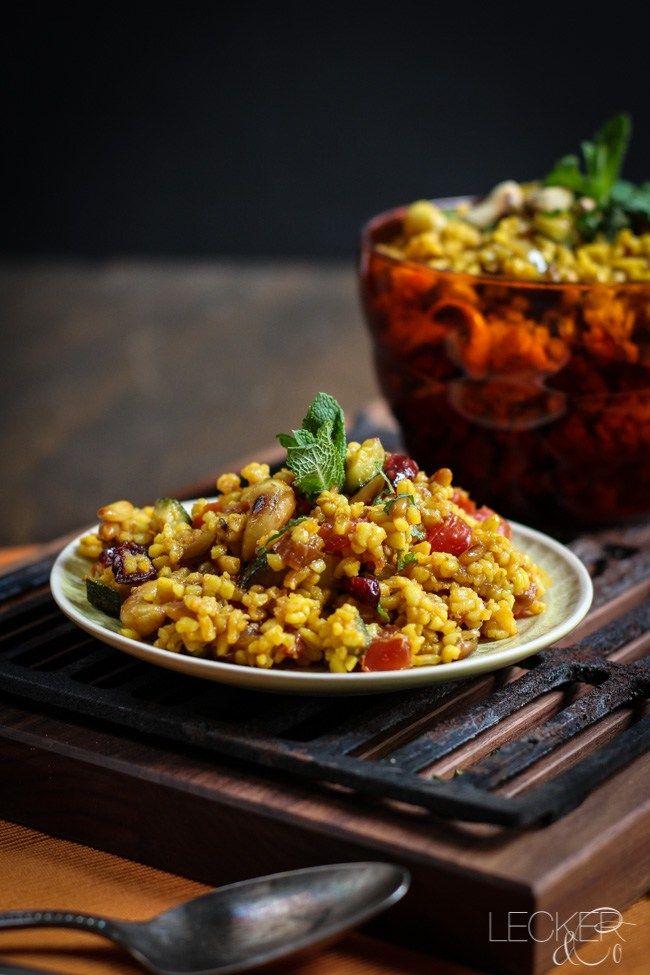 Die Grillsaison startet und dazu braucht man doch auch immer leckere Salate, oder? Dieser hier ist orientalisch fruchtig und würzig zugleich. Er passt zu saftigem Fleisch ebenso wie zu gegrilltem Gemüse oder Tofu und Grillkäse. Weil der Salat vegan ist, kann man ihn auch toll mitnehmen, gekühlt werden muss der nämlich nicht. Das braucht ihr: …