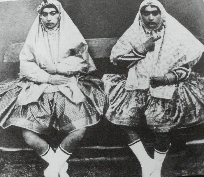 На многих фото наложницы гарема запечатлены в коротких пышных юбках наподобие балетных пачек (шалитех). И это неслучайно.