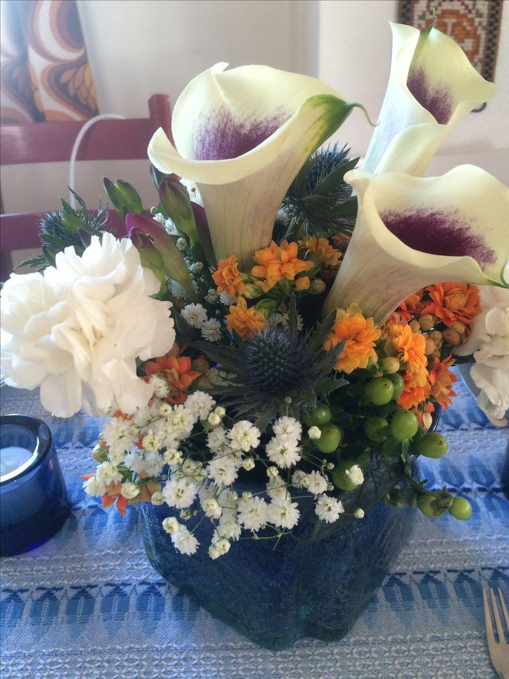 Blomster til bordet på retrofest april-17- blå, orange og hvit. Nellik er så klart med, sammen med lilje, brudeslør etc...