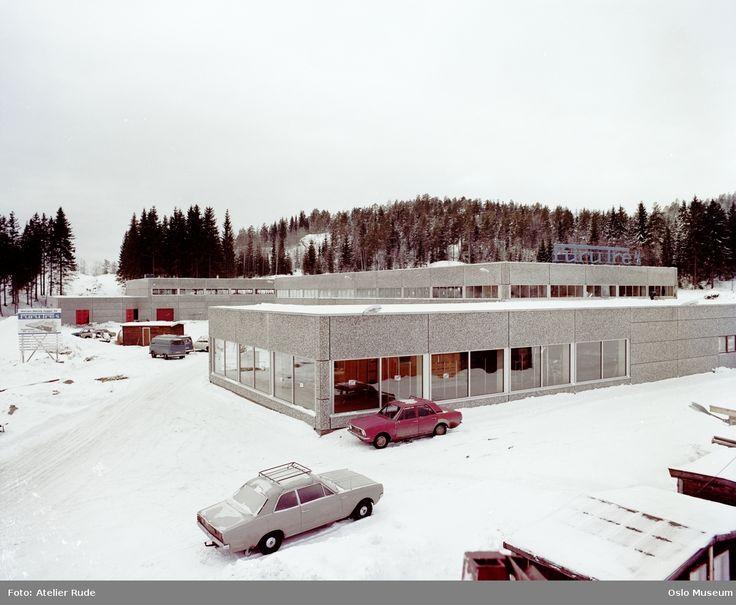 Furutre a.s. trevarefabrikk, fabrikkbygning, biler, skog, snø