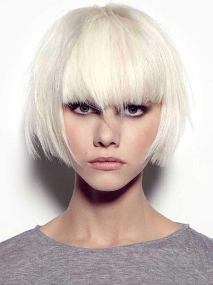 modèle de carré plongeant court femme, avec frange extra longue sur le front, cheveux blond polaire
