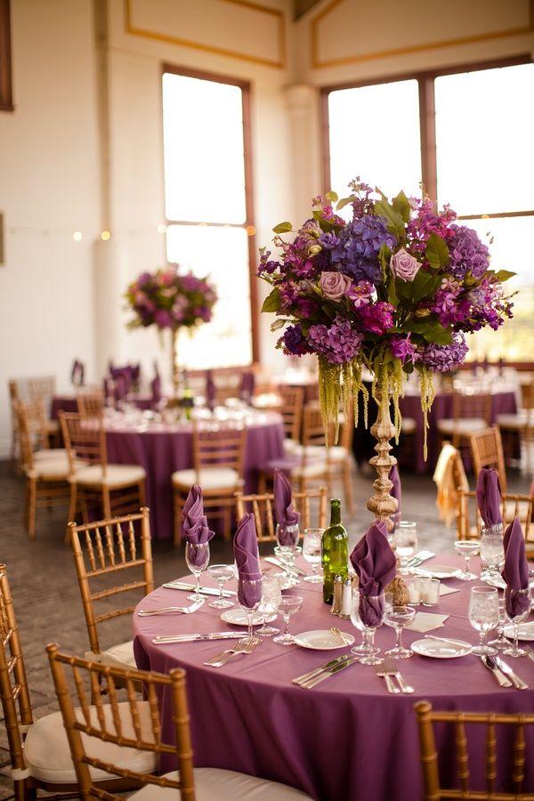 Decoración en tono violeta y mezcla de verdes es ideal para una boda original.