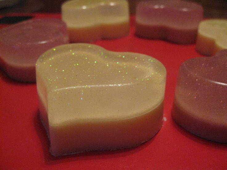 мыло: прозрачная и белая мыльные основы, масло виноградной косточки, пигмент  желтый и розовый, желтые и розовые блестки, отдушка - виноград-киви