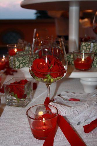 Matrimonio a tema rosso con composizioni di rosse rosse.