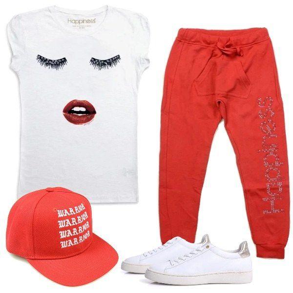 Total look da bambina composto da maglietta bianca mezza manica in cotone con stampa e pantalone alla turca rosso con strass. Completo con una sneakers bianca con stampa dorata e cappellino con visiera rosso con stampa bianca.