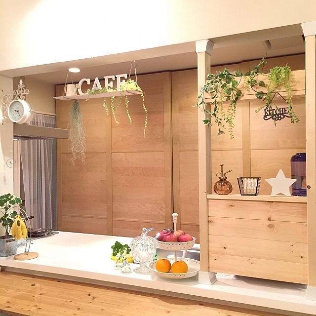 女性で、4LDKの定点観測❁キッチン/IKEAワードローブを食器棚に改造/たくさんのいいね!ありがとうございます♡/IKEAワードローブ…などについてのインテリア実例を紹介。「フライパン等の大物を洗って乾かす場所を隠すためにディアウォールを使って壁を作りました。 色はまだ無塗装で悩み中。窓枠もつけるか悩み中。 考える時間は楽しいですね(^^)」(この写真は 2016-03-22 21:38:38 に共有されました)
