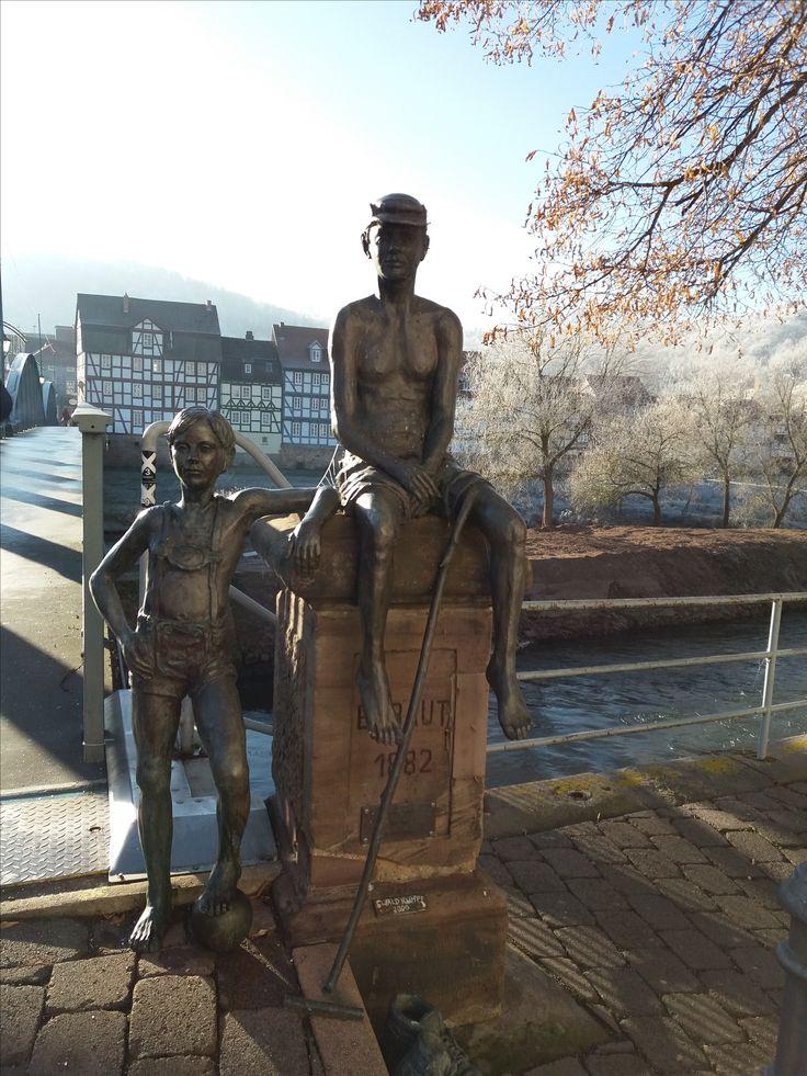 "ROTENBURG a.d.Fulda - Bronzestatue direkt an der Brücke als ""Bewacher"""