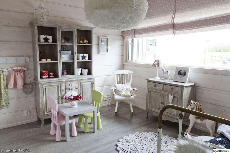 lastenhuone,maalaisromanttinen tyyli,keinutuoli,virkattu matto,rautasänky,senkki,harmaa lattia,asuntomessut,kattovalaisin