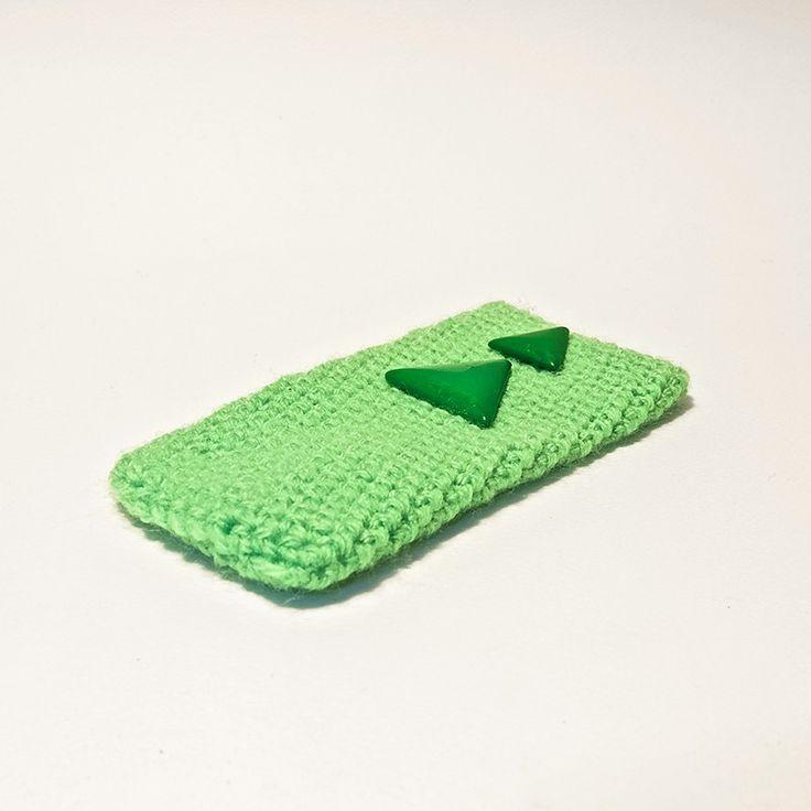 Custodia per smartphone IPhone 5/5S in lana color verde chiaro. Applicazione decorativa realizzata con due vottoni triangolari color verde brillante.