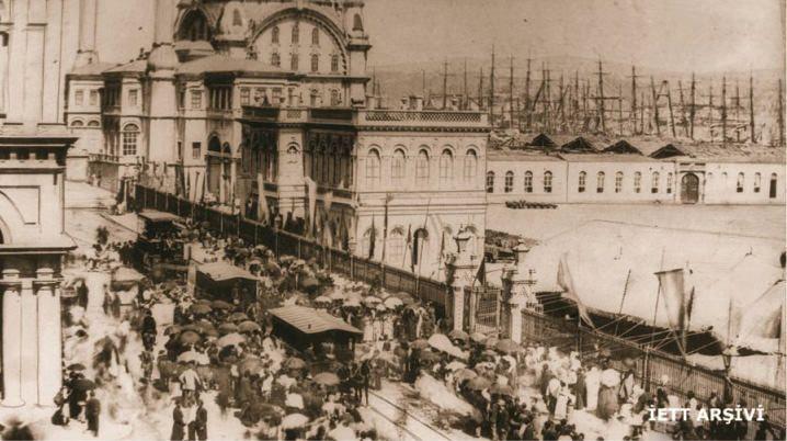 1871 - İstanbul-da toplu ulaşımın miladi sayılan atlı tranvayların hizmete giriş töreni, Tophane, aynı zamanda İETT-nin kuruluş tarihi.
