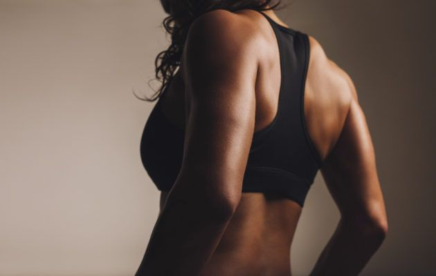Ryhdikäs ja vahva selkä kaunistaa koko kroppaa. Treenibloggaaja Anu Karvosen suunnittelema kotitreeni selälle vahvistaa myös vatsalihaksia.
