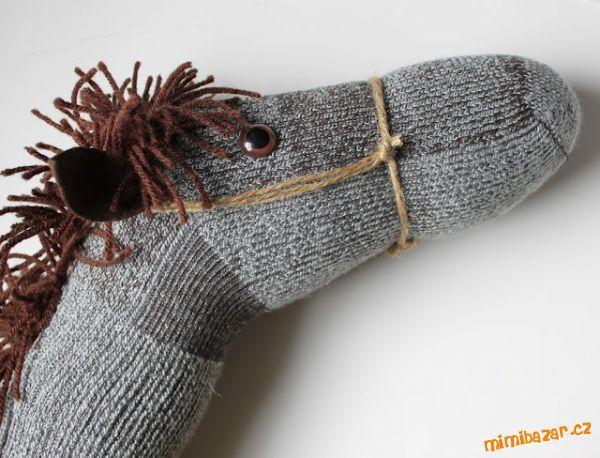 hlava koně na tyčku z ponožky