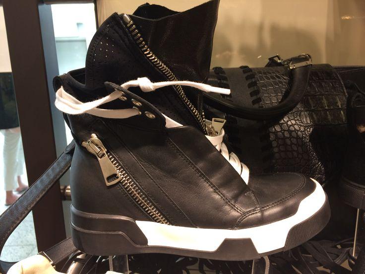Elena lacchi zwartwit sneakerbootie leer inwendige sleehak. Ca. 350 euro. Leuk voor in de uitverkoop :-)