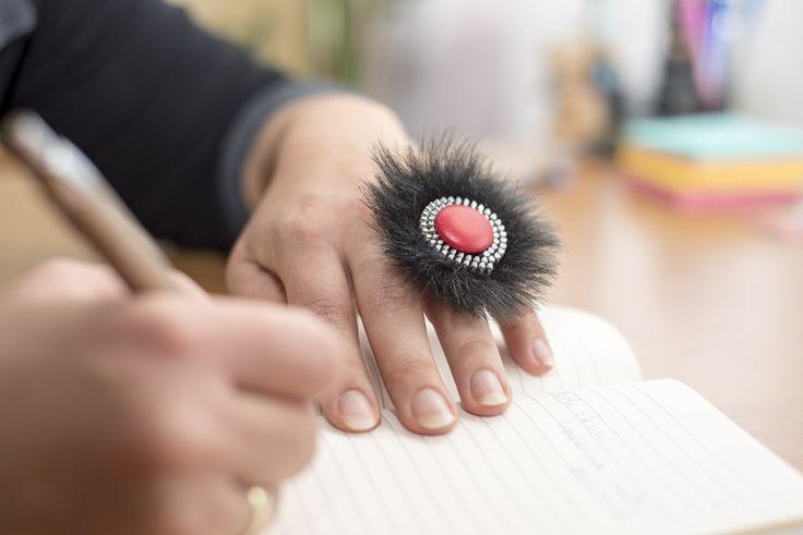 Szőrmével díszített cipzár gyűrű, cserélhető gombocskával.