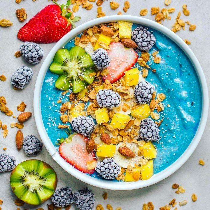 TROPICAL SMOOTHIE BOWL 1 1/2 frozen bananas 1/4 cup frozen mangoes 1 scoop @mrm_usa Veggie Vanilla Protein 2 tsp blue majik 3/4 cup @califiafarms vanilla almond milk Toppings: @gr8nola, mango, banana, kiwi star, frozen blackberries,