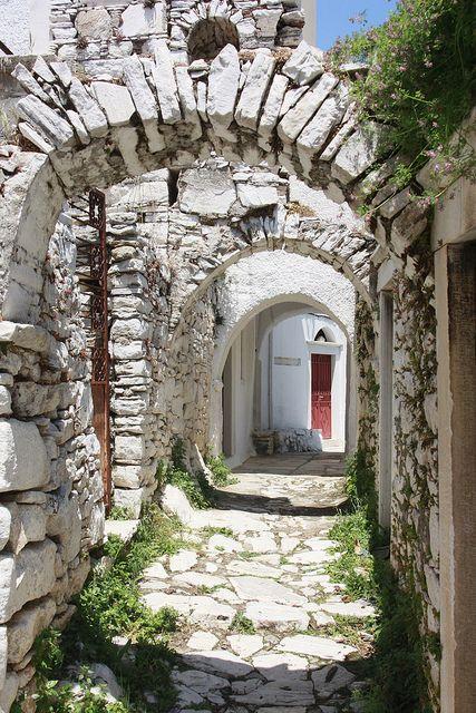 Street arches in Apeiranthos, Naxos Island, Greece (by kaept'n).