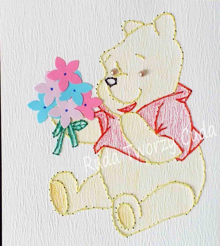 Kubuś Puchatek z bukietem wiosennych kwiatów