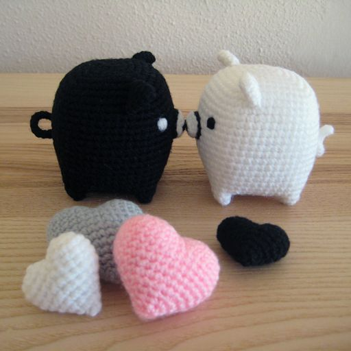 Amigurumi pigs in love. Free crochet pattern. Also, hearts, apple, and pear pattern.
