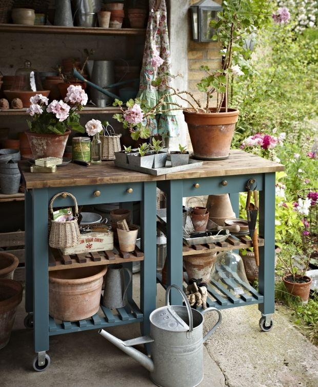 Planteborde til en overkommelig pris er ofte ikke er særligt robuste. Derfor har vi forvandlet et billigt, men solidt rullebord til et flot praktisk plantebord med hylder og knager.