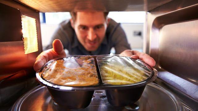 """Los 6 alimentos que nunca hay que calentar en un microondas   Expertos detectaron el intervalo de calentamiento llamado """"zona de peligro"""". Cómo evitar enfermedades.  En sólo unos segundos permiten calentar el agua para tomar un té o bien descongelar la carne recién sacada del freezer. Losmicroondasvinieron para aportar soluciones rápidas en un mundo cada vez más acelerado. Sin embargo esto contrae costos que -en algunos casos- se paga con la propiasalud.  Para evitar males mayores elConsejo…"""