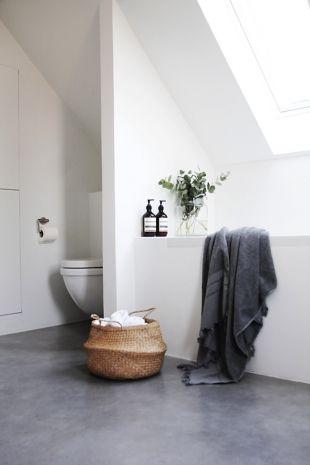 Salle de bain avec sol en béton ciré