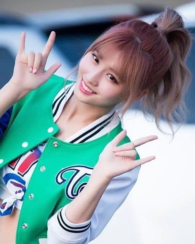 8,663 vind-ik-leuks, 54 reacties - TWICE MOMO (모모) (@momojype) op Instagram: '[160924] #모모 - Incheon K-Pop Concert should i get the apricot or neon magenta twice album? ©…'