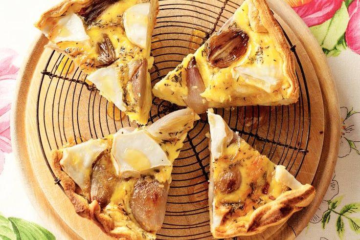 Sjalotten zijn iets zoeter dan gewone ui. Karamelliseer ze langzaam tot ze stroperig, bruin en goddelijk zijn in deze quiche met geitenkaas en honing - Recept - Allerhande