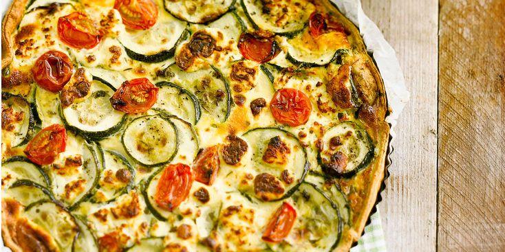 QUICHE COURGETTE / CHEVRE (Pour 4 P :  1 pâte brisée • 100 g de fromage de chèvre • 50 g de gruyère râpé • 6 tomates cerise • 2 courgettes • 15 cl de crème • 3 œufs • herbes de Provence • 2 c à s d'huile d'olive • sel, poivre)