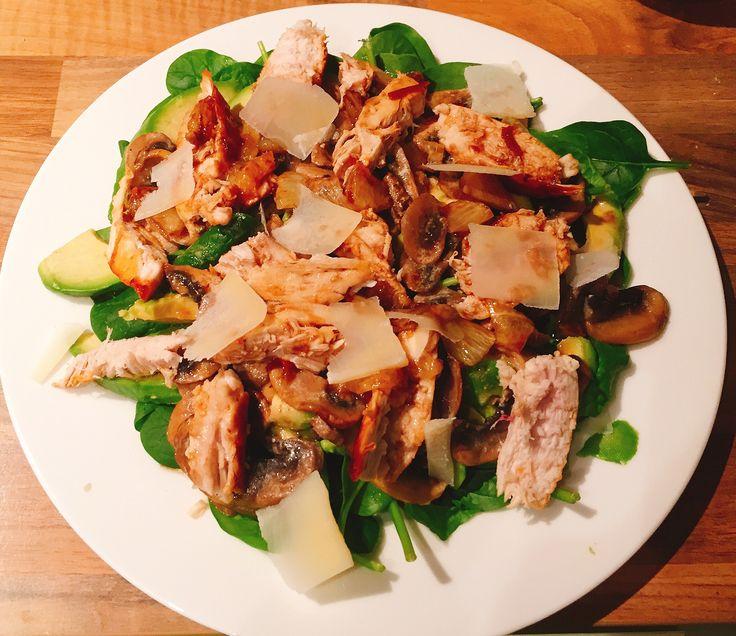 Insalata pollo e avocado (x 2): disporre in un piatto l'insalata (o spinaci freschi), un avocado a fette, 4-5 funghi a fette (io li avevo cotti), un petto di pollo cotto a pezzetti (meglio al vapore o comunque morbido), qualche scaglia di grana e condire con limone, olio, balsamico e salsa al peperoncino scaldati in padella (nb il limone si sente troppo)