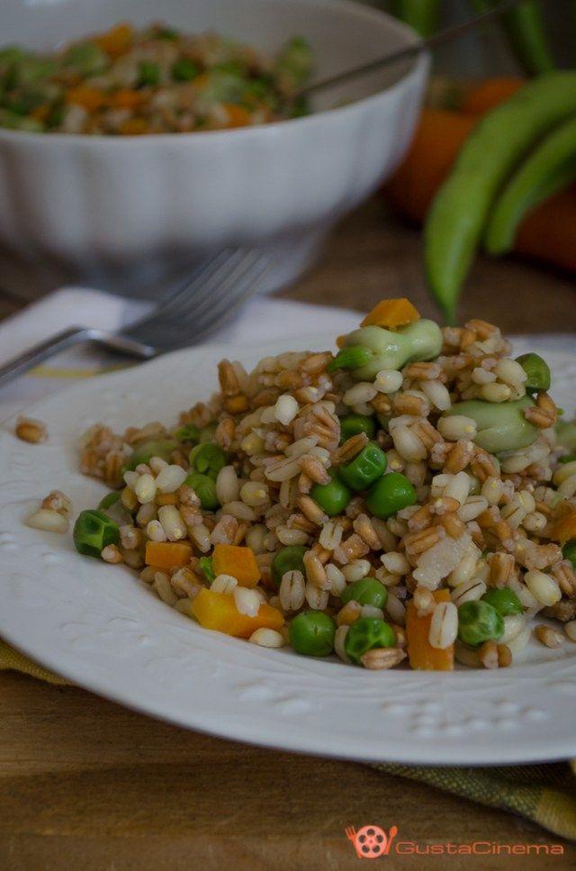 Insalata fredda di farro e orzo con piselli e fave è un piatto leggero, colorato e saporito preparato con le verdure di stagione.