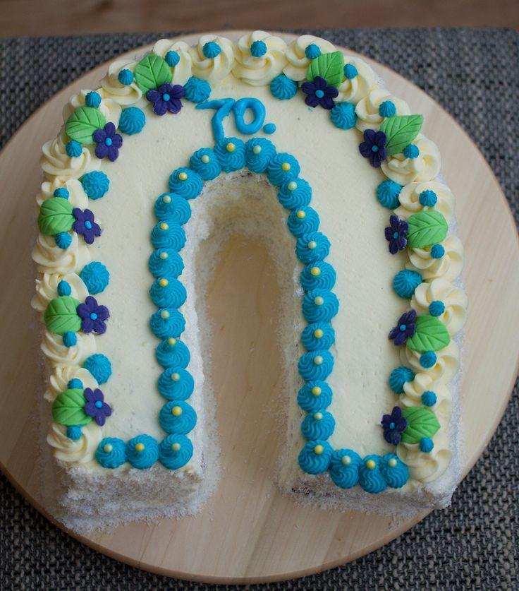 Po dlouhé době jsem dělala krémový dort,inspiraci jsem našla tady na pinterestu :-). Podkova byla pro strejdu k 70. narozeninám