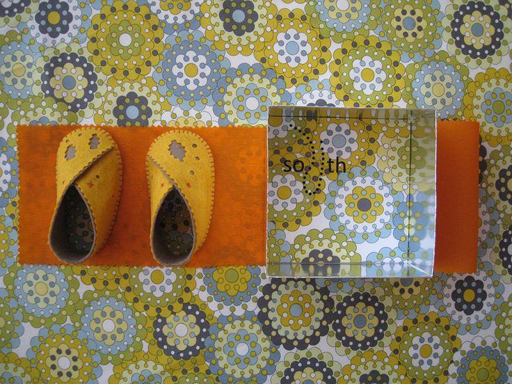 zapatos bebe realizados en fieltro y tela de algodón. Packaging color plata y tela algodón