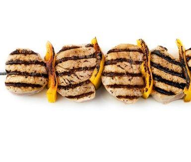 Recept: Grillade fläskfiléspett med rostad sötpotatis och tomat- och mangosås