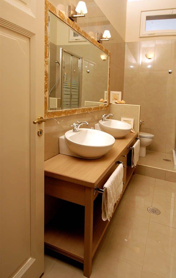 Έπιπλο μπάνιου από δρυ με μασίφ στοιχεία.