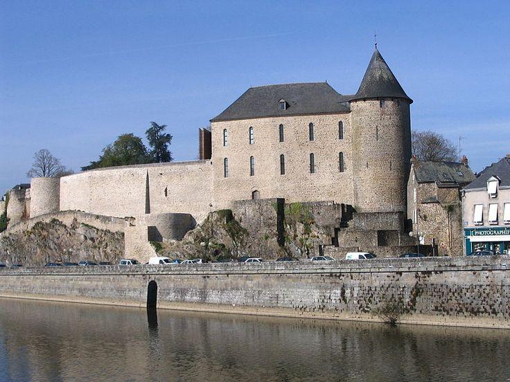 Le château de Mayenne, fondé par les Carolingiens- 3) LOUIS II LE BEGUE: Comme ce mariage avait été contacté sans la volonté de son père, ce dernier oblige Louis à répudier Ansgarde. Il épouse en 2° noces -contre l'avis des autorités ecclésiastiques- ADELAÏDE DE PARIS, dont un fils, CHARLES, qui naît après sa mort. Comme l'indique son surnom, Louis II bégaie, ce qui l'empêche de s'exprimer en public et nuit à son autorité.