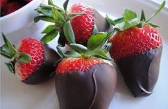 Chocolade aardbeien ..  Snel en gemakkelijk een feestelijk lekkernij op tafel!  (aardbeien, chocolade, high tea, dessert, toetje, zomer, homemade, zelf maken, makkelijk, simpel, recept, hapje, snack)